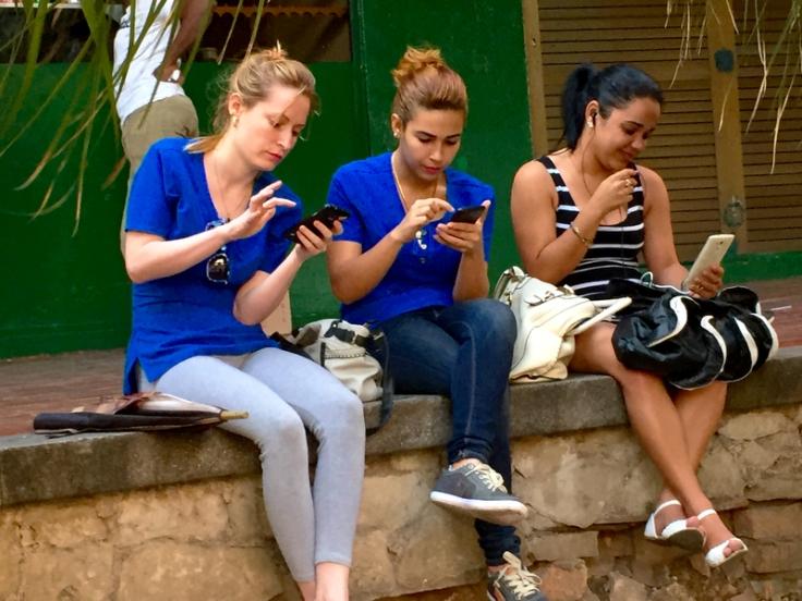 cubans-using-wifi-hotspot-by-je2